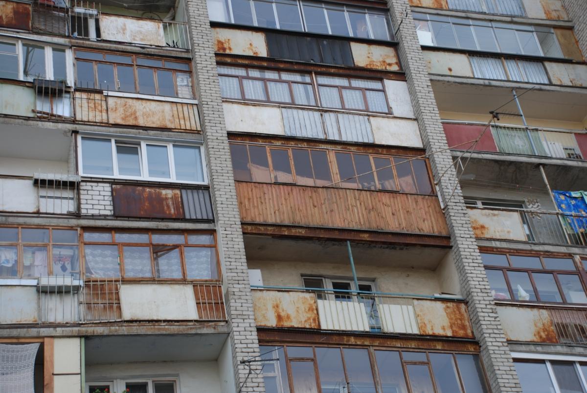 15-летний подросток разбился насмерть, выпав с балкона много.