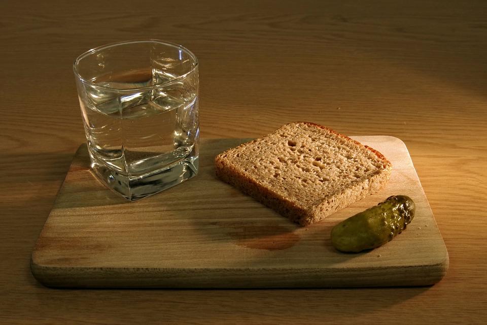 """Если бутылку водки увидит алкоголик, то в скором времени он полностью откажется от """"зеленого змея""""; в стакане – вас преследует открытая или скрытая жажда хорошо провести время и приложиться к спиртному; много водки (банка, ведро и т."""
